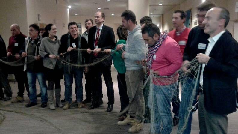 Protesta de las víctimas del Alvia ante la Oficina de la Unión Europea en Madrid.Los marineros invitaron a los miembros de la Comisión Europea a comprobar in situ cómo se trabaja con el xeito.