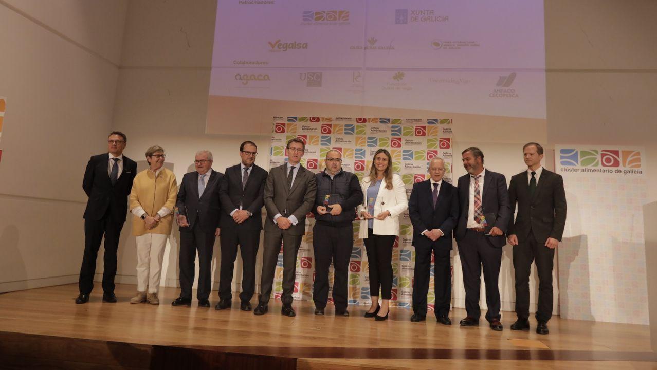 Representantes de Gadisa y del Banco de Alimentos Rías Altas, con parte de los productos recogidos