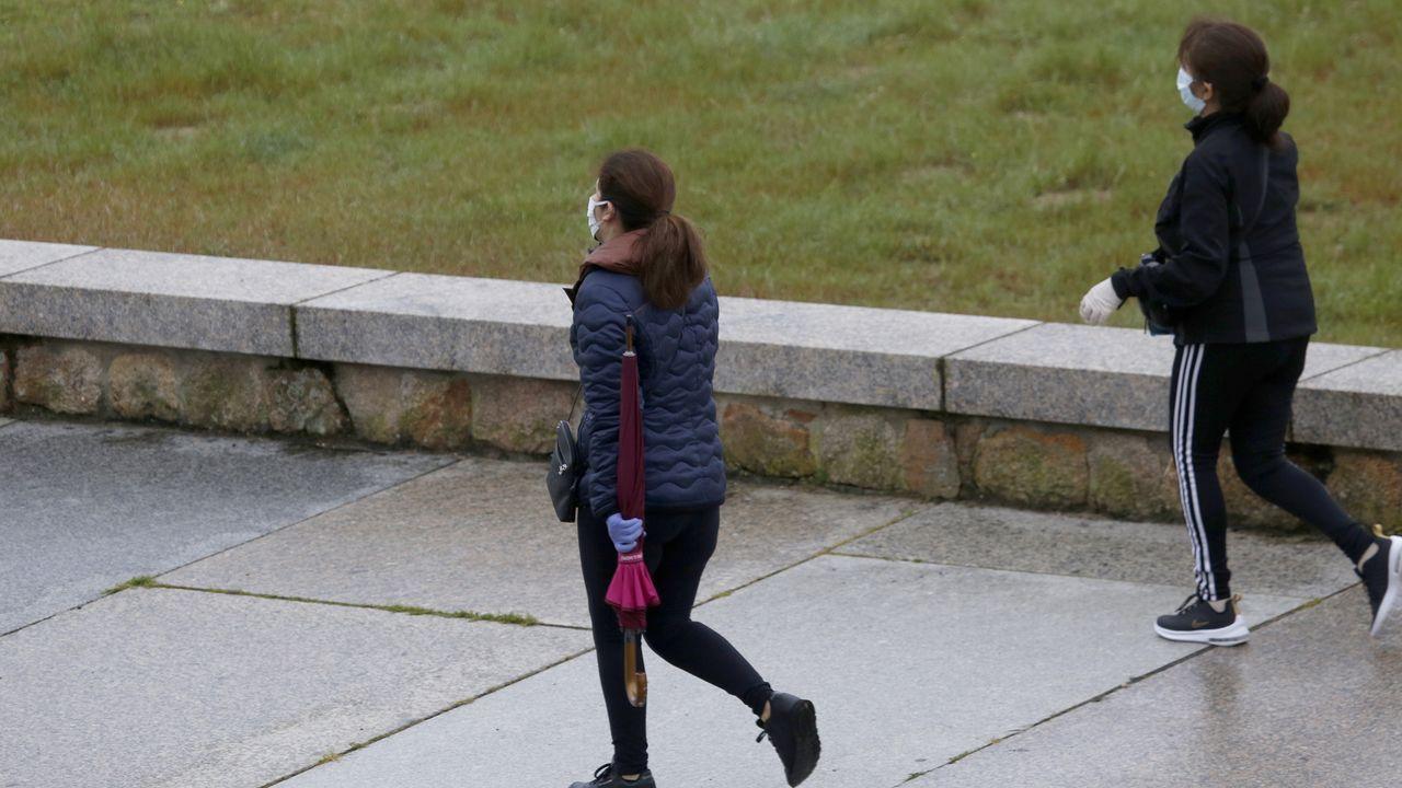Deportistas en el paseo de Coroso en Ribeira
