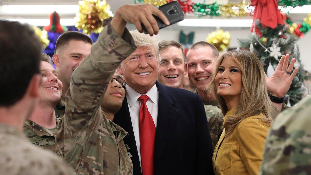 Trump visita a sus tropas en Iraq.Trump y Melania se fotografiaron con los soldados de la base aérea Al Asad, en Irak