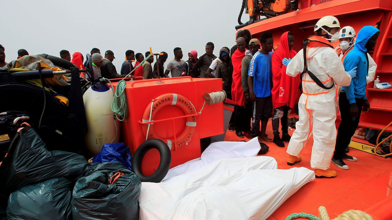 Agónico rescate en el mar de Alborán de dos inmigrantes que estaban en el agua.Los cuerpos de los cuatro fallecidos y decenas de rescatados llegan al puerto de Tarifa