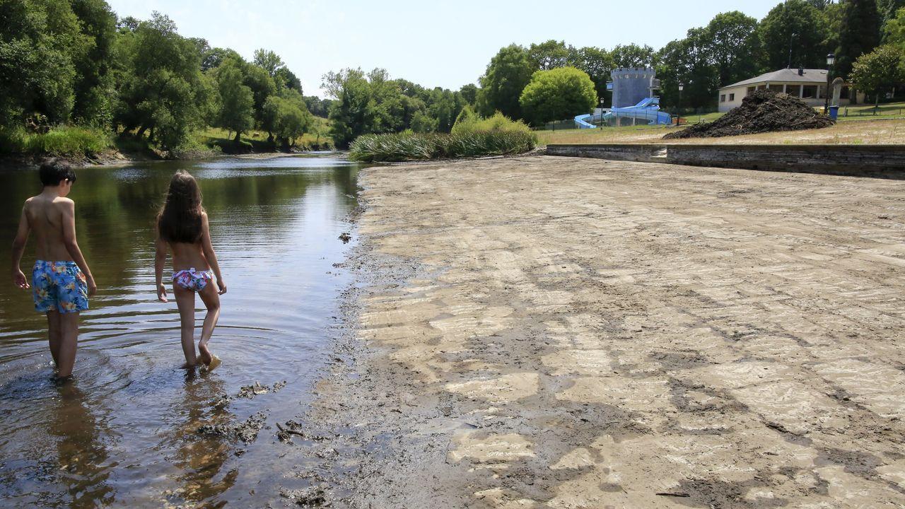 En el área recreativa de A Magadalena, en Vilalba, llevan a cabo estos días trabajos de limpieza del cauce