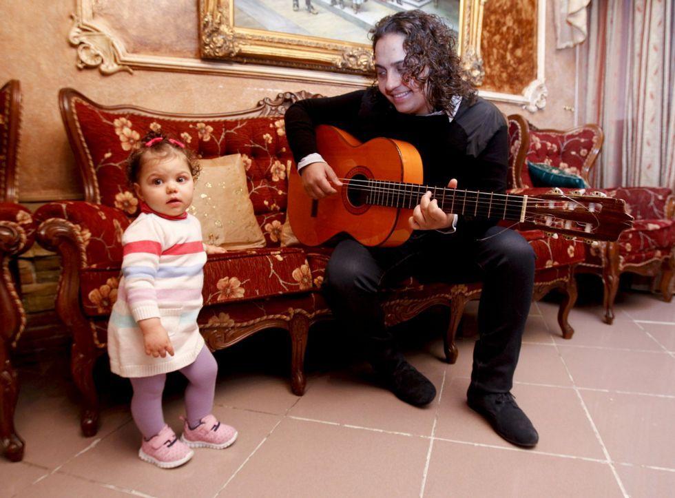 Así es el vídeoclip de Alejandro Sanz cofinanciado por la diputación de Ourense.El cantaor lucense Kiki con su hija Manuela en la casa que tiene su familia en Fingoi.