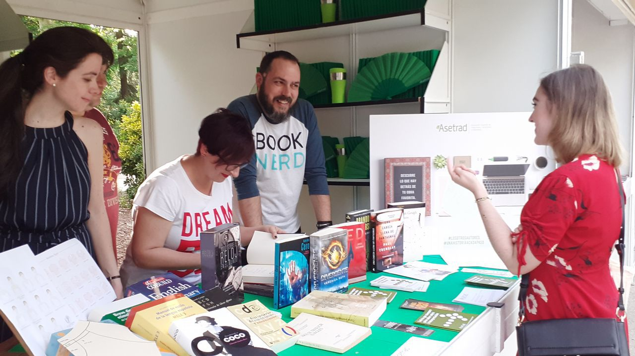selectividad, pau.Pilar Ramírez, traductora de «Los juegos del hambre», firmando ejemplares en la caseta de la asociación de traductores en la Feria del Libro de Madrid