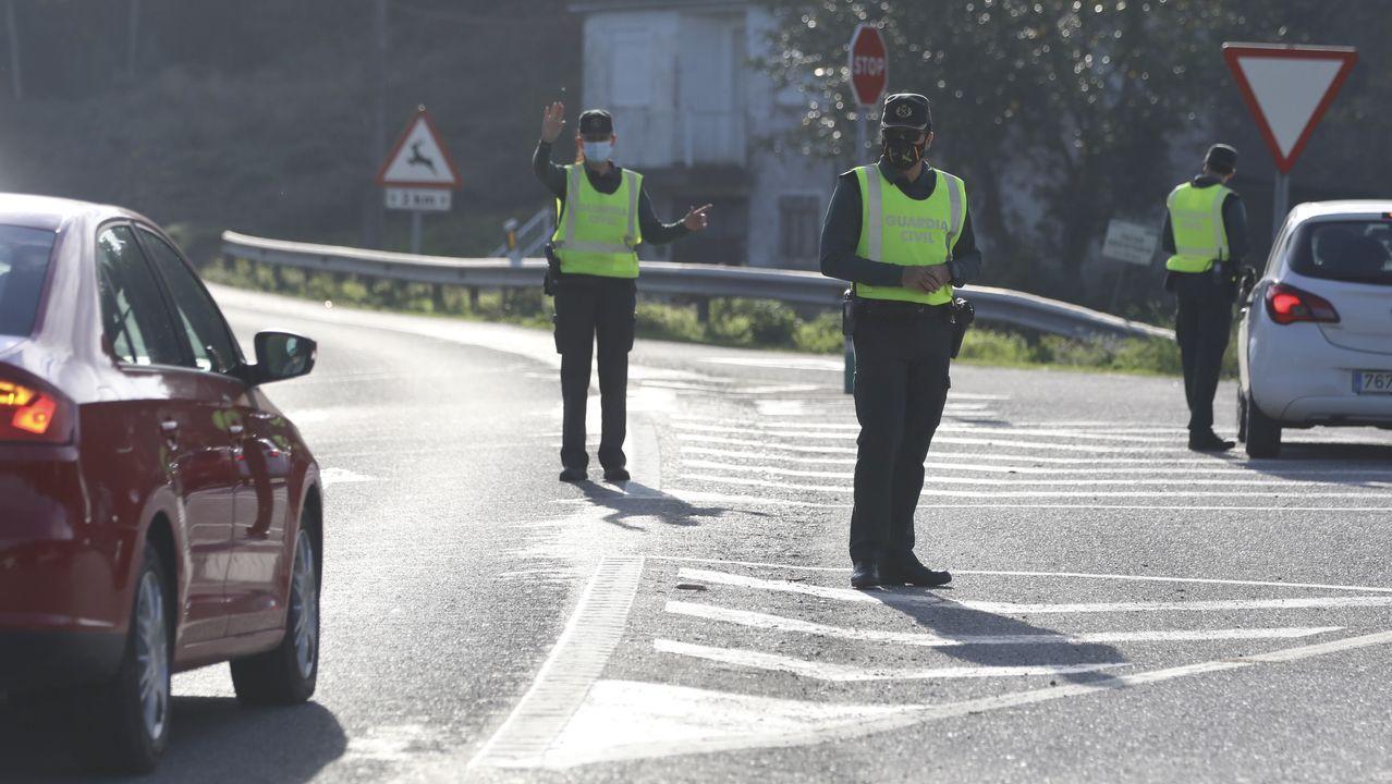 Control de la Guardia Civil en el límite entre Teo y A Estrada para vigilar el cumplimiento del cierre perimetral decretado por la Xunta