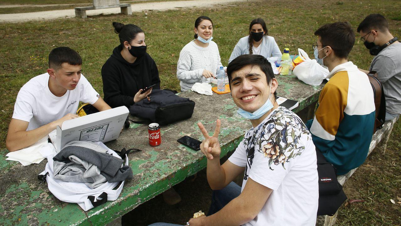 Un grupo de estudiantes, almorzando en el parque Pernas Peón, cercano al instituto de Viveiro donde iniciaron la selectividad este martes