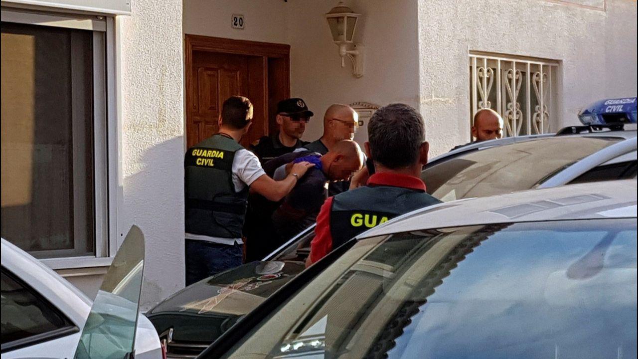 El ciudadano alemán que presuntamente asesinó a su mujer y a su hijo de 10 años, sale del registro de su vivenda