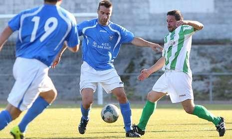 El jugador malpicán Miguel Riveiro marcó el segundo tanto del Sp. Seaia ante el Carnota.