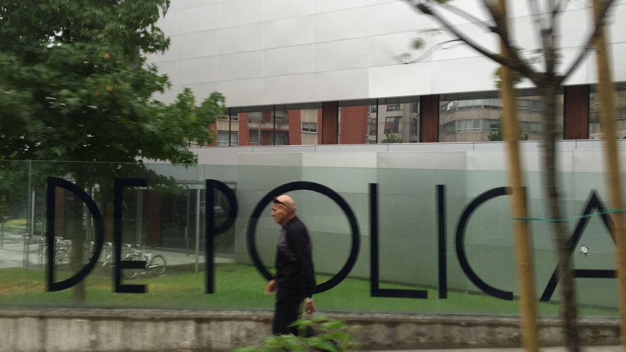 rosales.Los detenidos, ayer, a su llegada a los juzgados de Ourense en los coches policiales