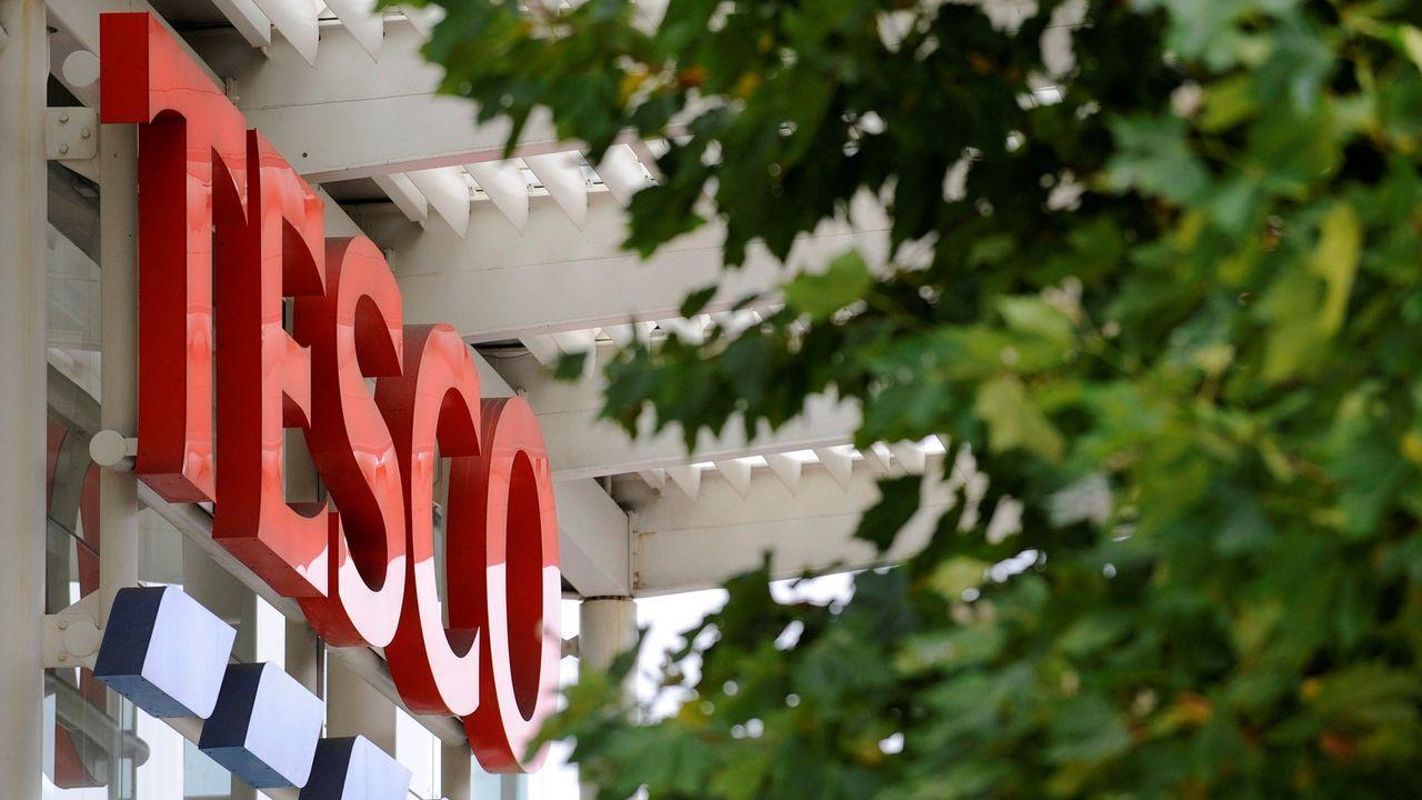 La cadena de supermercados ha ordenado una investigación tras paralizar la venta de las tarjetas navideñas