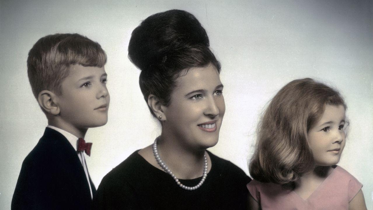 Foto familiar de 1965. Teresa Domínguez, con 5 años, con su madre, Otilia, y su hermano, Daniel.