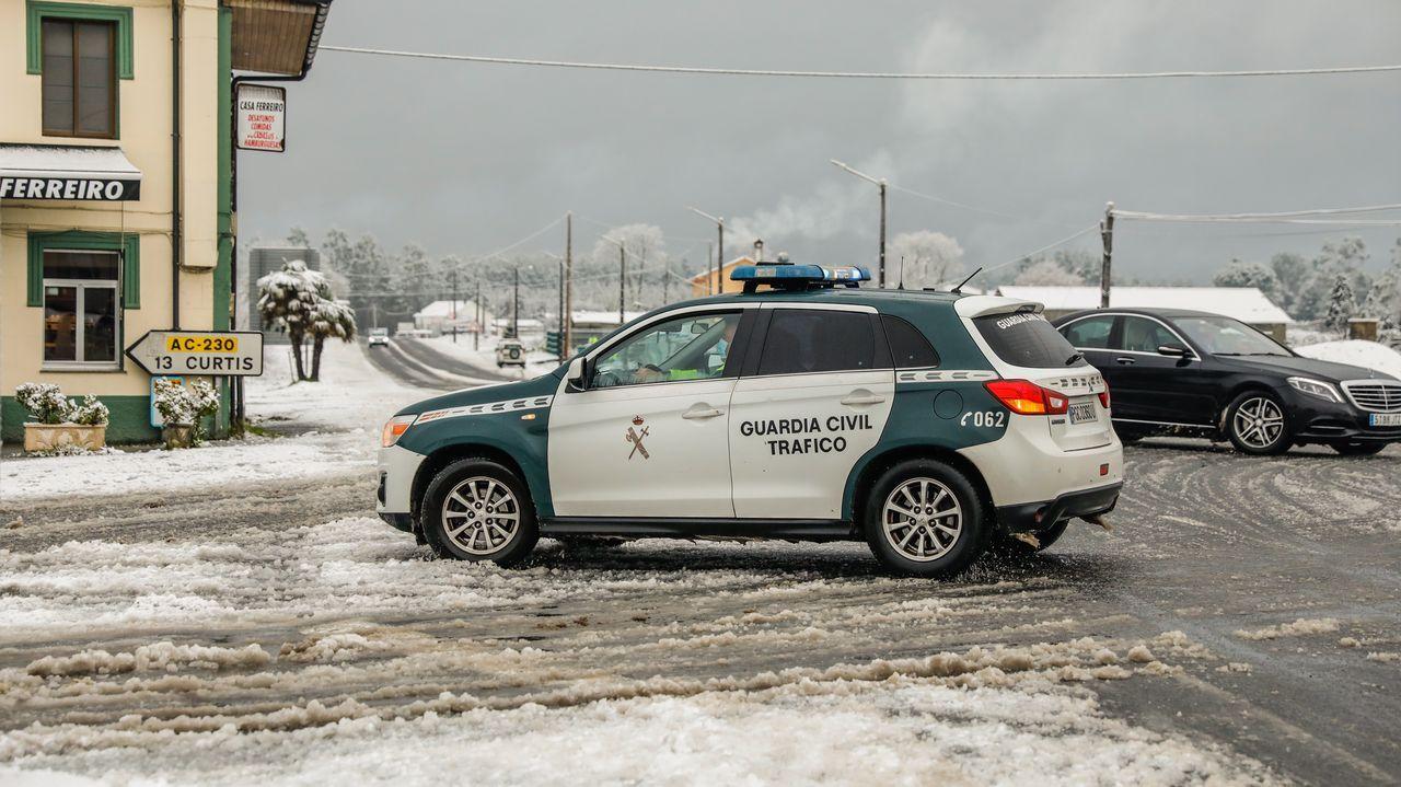 Todas las imágenes del temporal de nieve.Accidente en A Ponte do Porto por una gran placa de hielo
