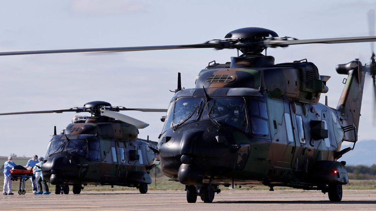 Un paciente es trasladado a un helicóptero militar francés en Estrasburgo en el operativo de traslado de pacientes a Alemania y Suiza