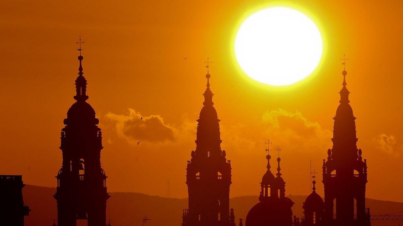 SANTIAGO. EL CAMINO POR BANDERA. «Hoy muchas personas emprenden el desafío por razones físicas o espirituales más que religiosas, pero llegar a la magnífica catedral barroca es una experiencia poderosa para todos», dice «The Telegraph», que destaca el centro medieval de la ciudad y sus «bulliciosos bares de tapas»