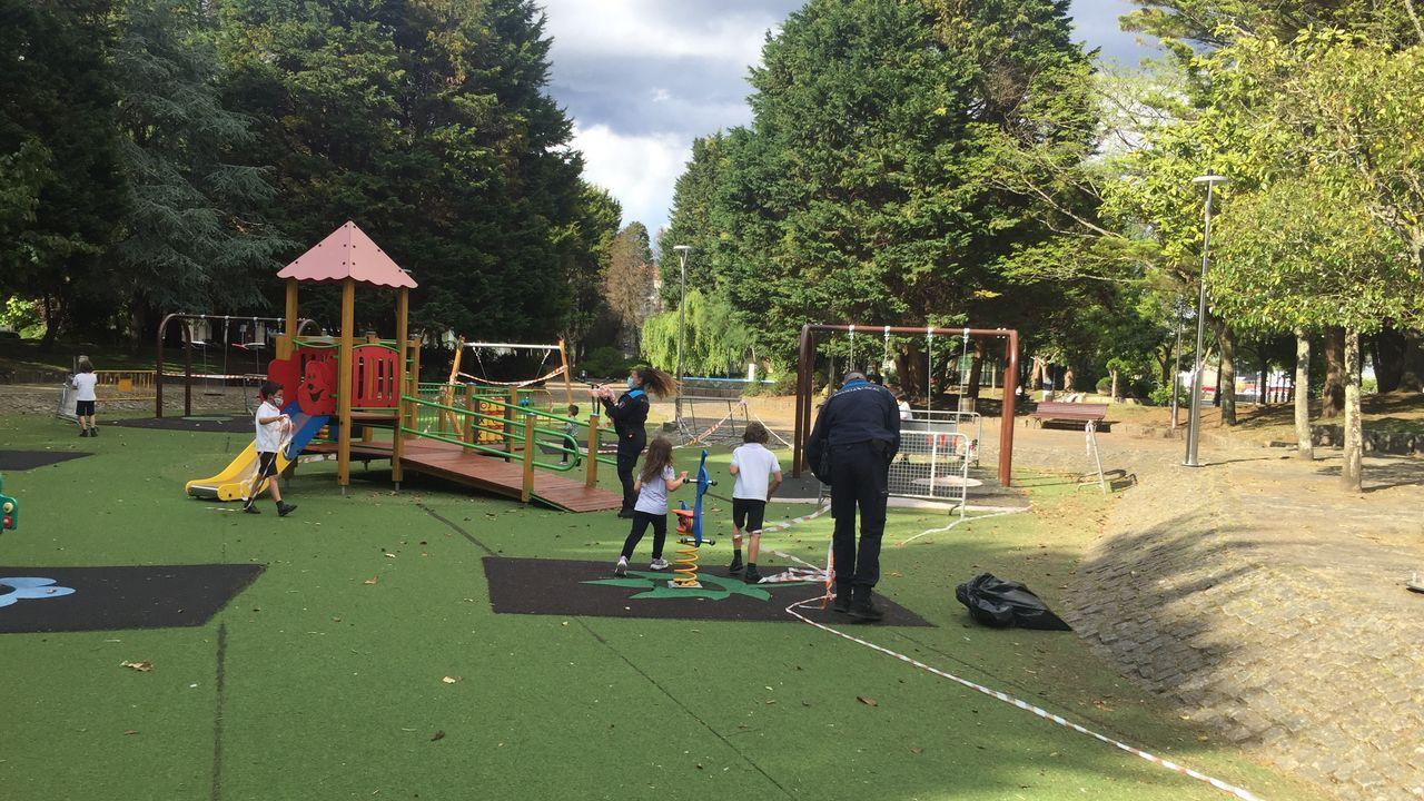 La Policía Local de A Pobra retira las cintas para volver a reabrir los parques infantiles