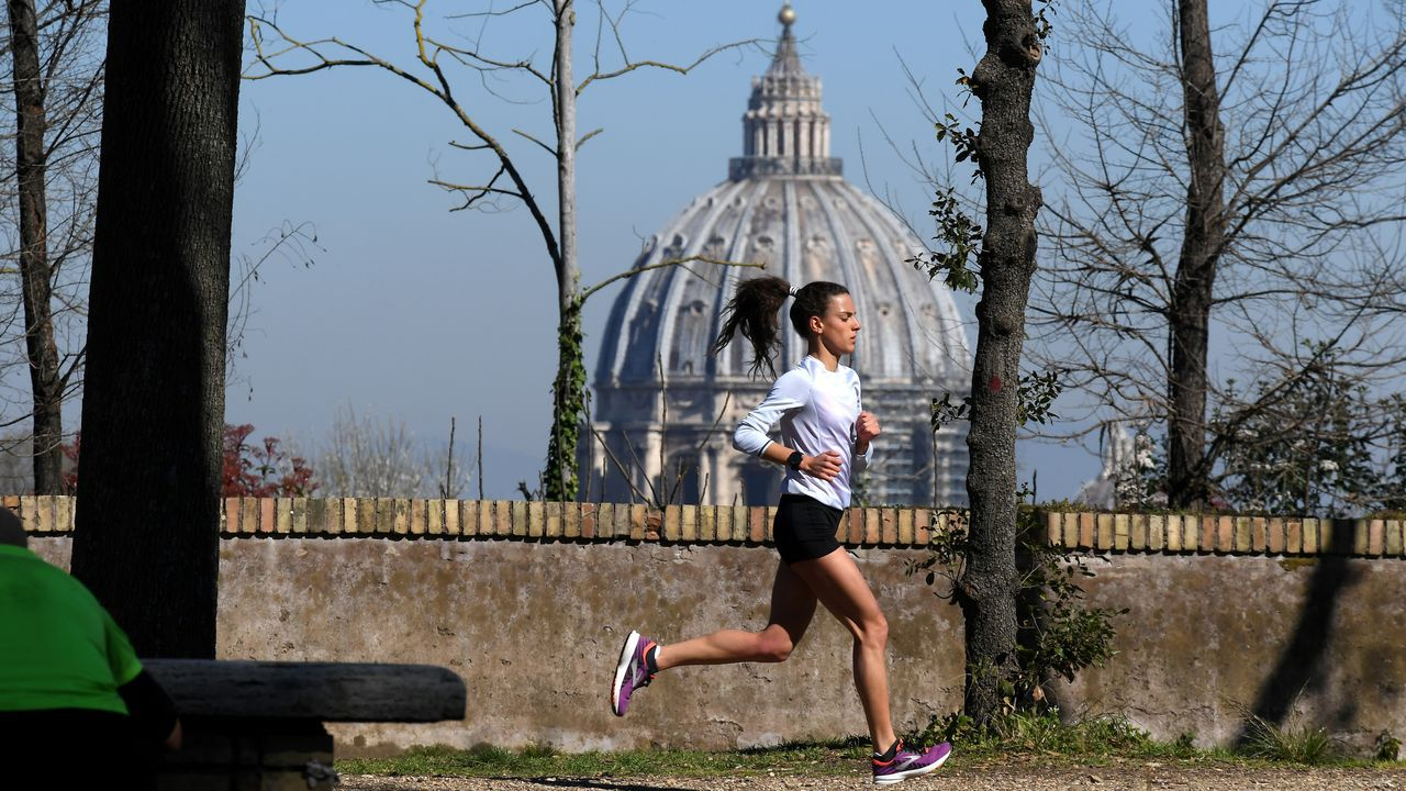 Una mujer hace deporte en roma