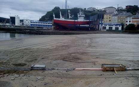 Obras polémicas de canalización de pluviales, en la playa de Celeiro.