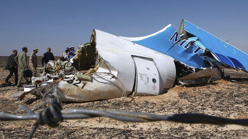 Un avión de Dallo Airlines vuela con un agujero en el fuselaje.Restos del avión estrellado en Sudán del Sur