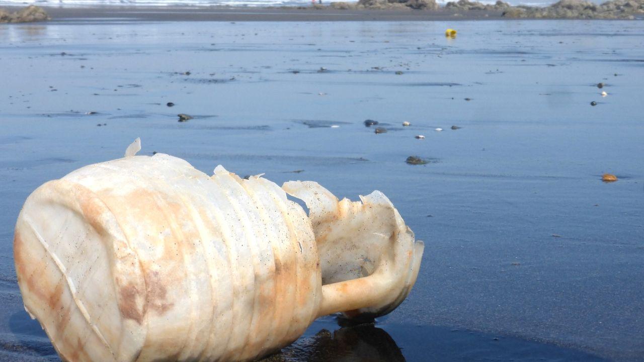 Restos de una garrafa de plástico en una playa asturiana
