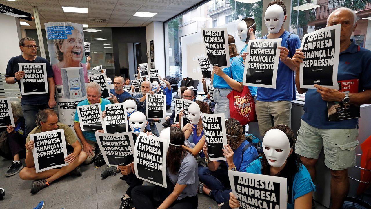 Activistas de Tsunami Democràtic en la oficiana de CaixaBanc del barrio de Gràcia de Barcelona