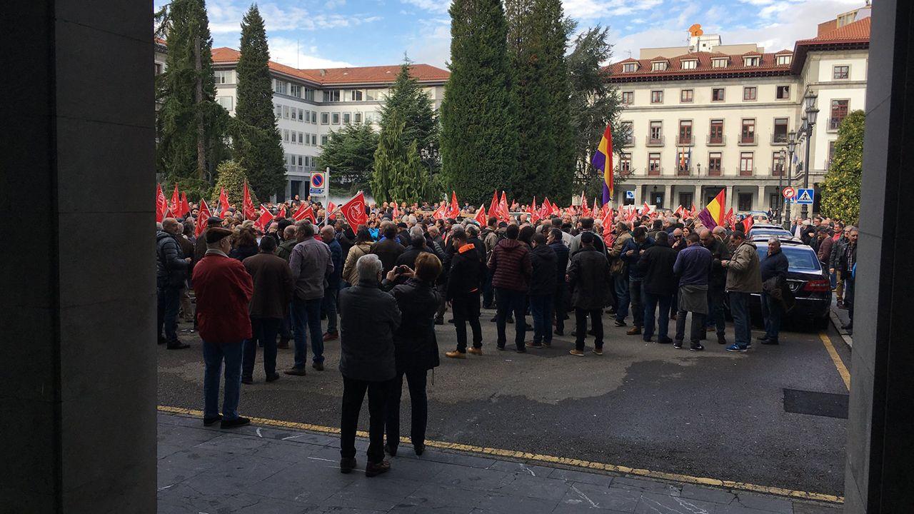 Javier Fernández preside el Consejo de Gobierno del Principado entre Dolores Carcedo y Guillermo Martínez.Concentración en Oviedo en defensa de las pensiones