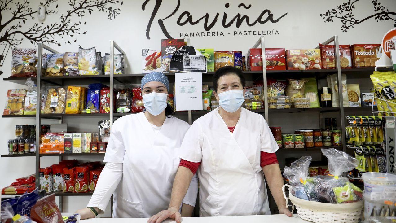 Isaura Carbia (derecha) y Andrea Riveiro, en la panadería Raviña de Vedra
