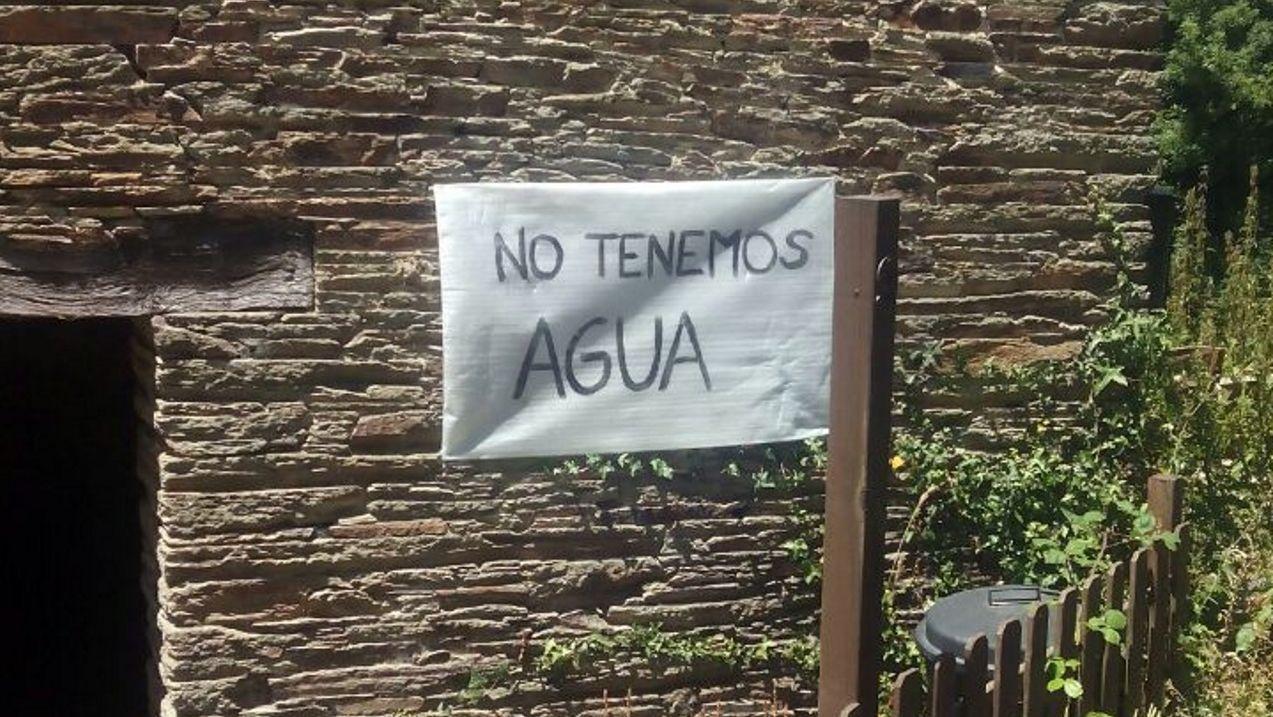 La familia ha colgado un cartel en la fachada a modo de protesta