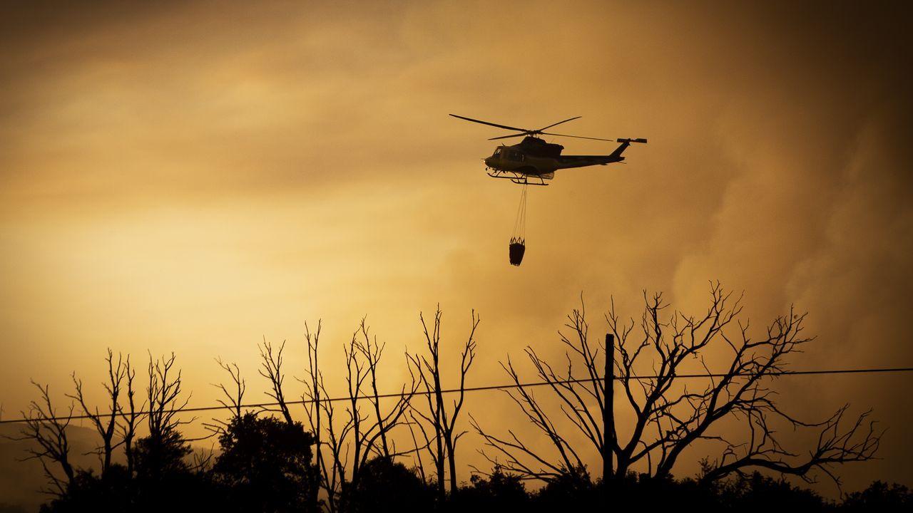 Los medios de extinción trabajan en Vilariño de Conso.Imagen del incendio forestal de Cualedro, que comenzó el miércoles