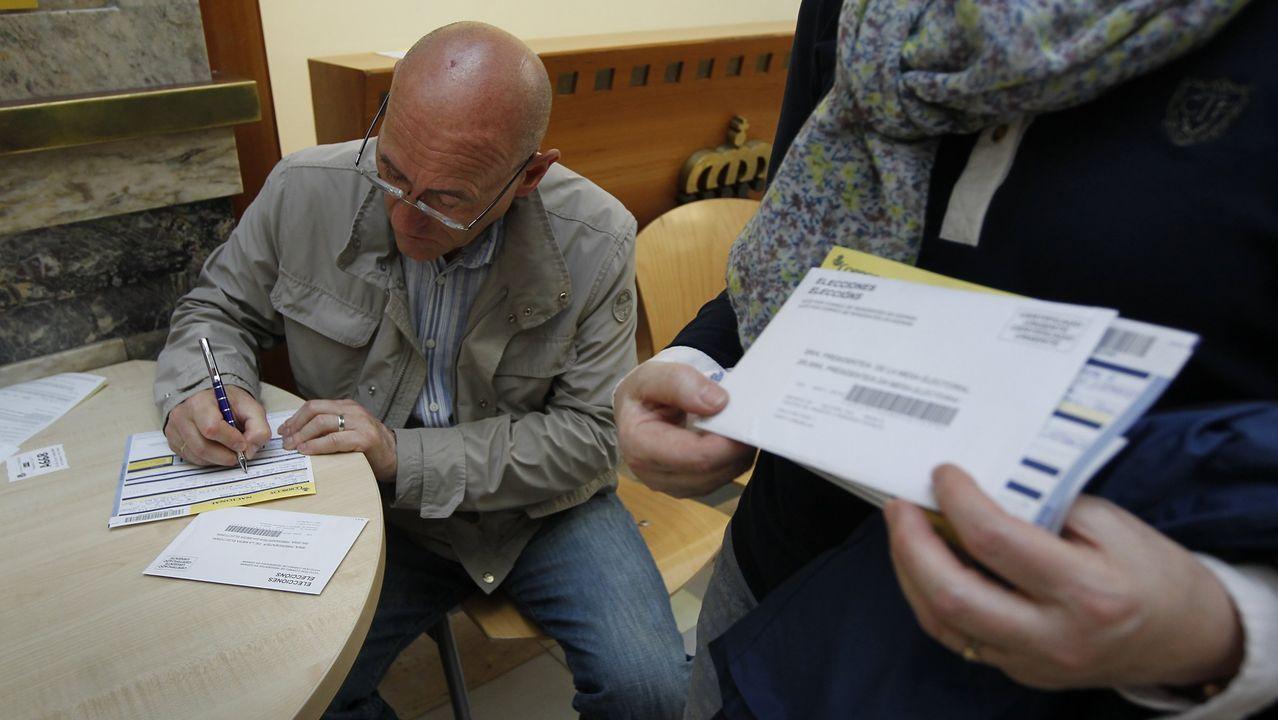 Un votante completa su votopor correo en A Coruña en una imagen de archivo