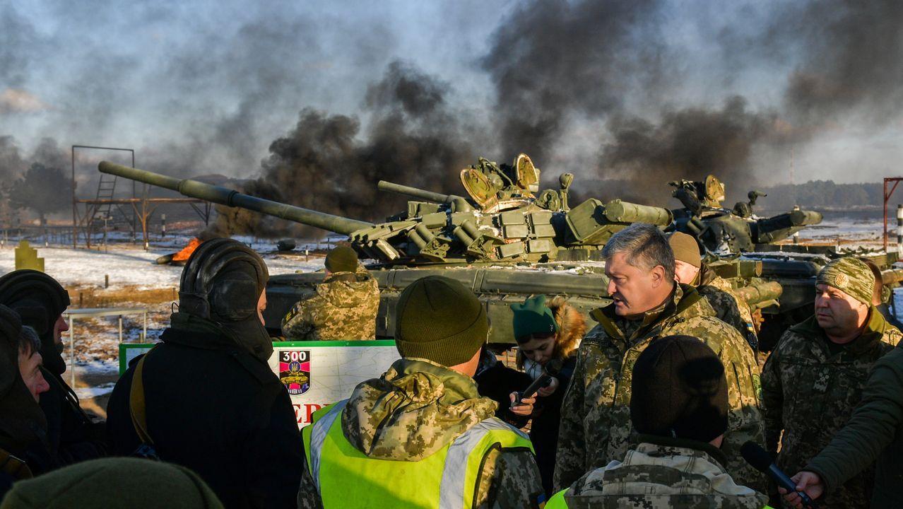 Petro Poroshenko se desplazó a Chernihiv para observar unas maniobras millitares en el primer día de la ley marcial