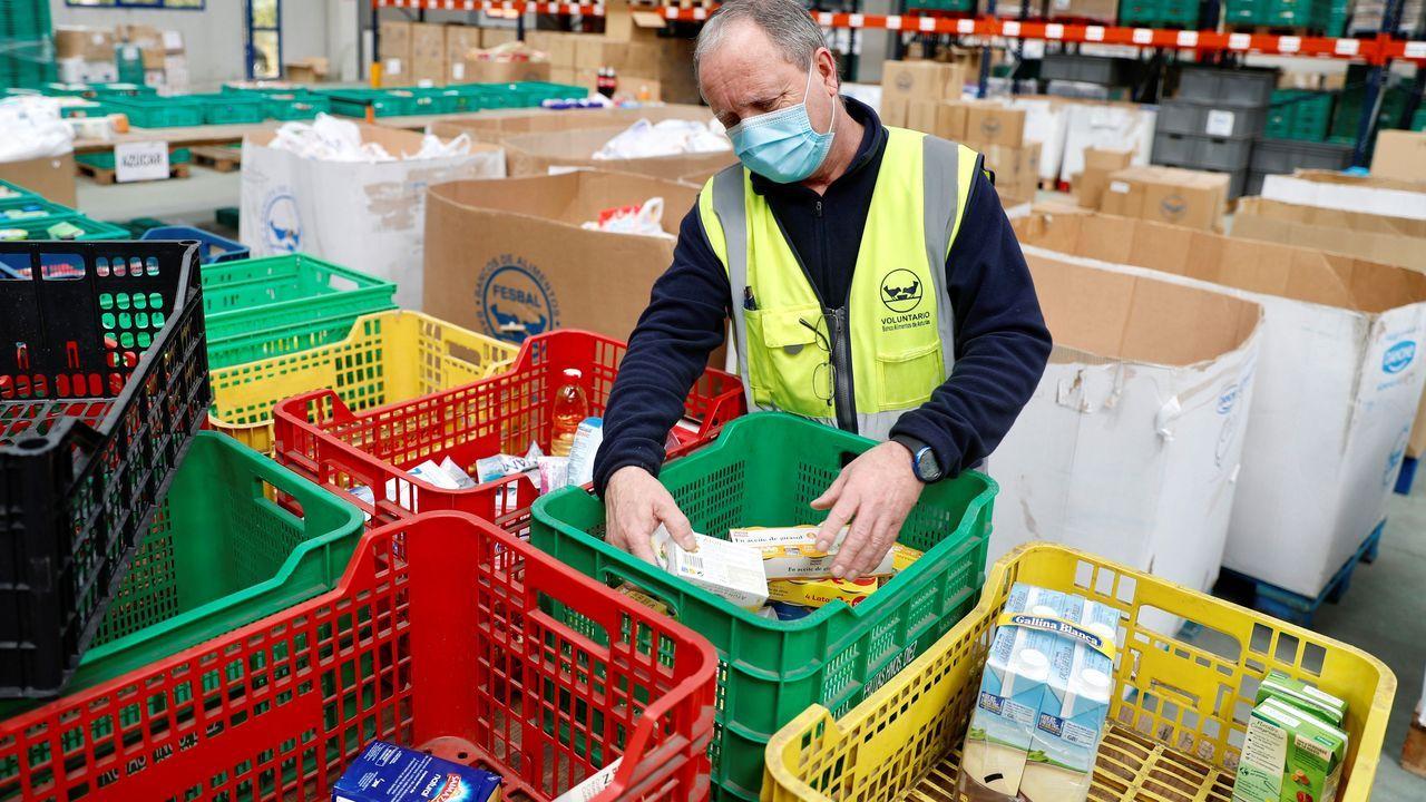 Origen, el nuevo proyecto de sostenibilidad de Parque Principado.Voluntarios del Banco de Alimentos de Asturias trabajan en el almacén que tienen en el polígono de Argame en Oviedo