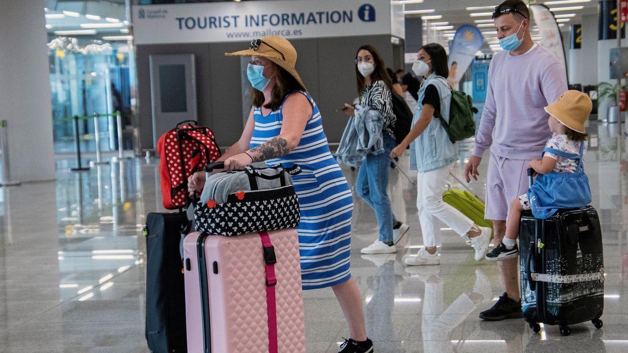 vacunas asturias .Turistas llegando al aeropuerto de Palma de Mallorca