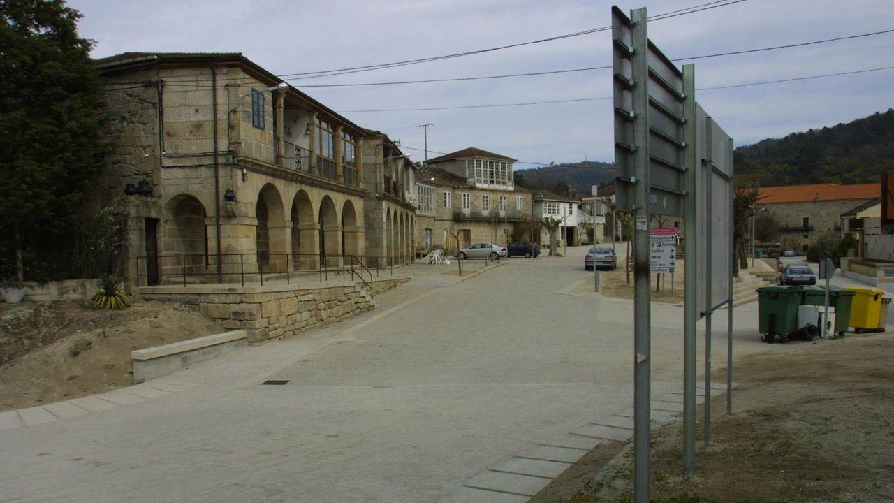 Momento de la caída de la cornisa del edificio de Gijón.Campo San Francisco de Oviedo
