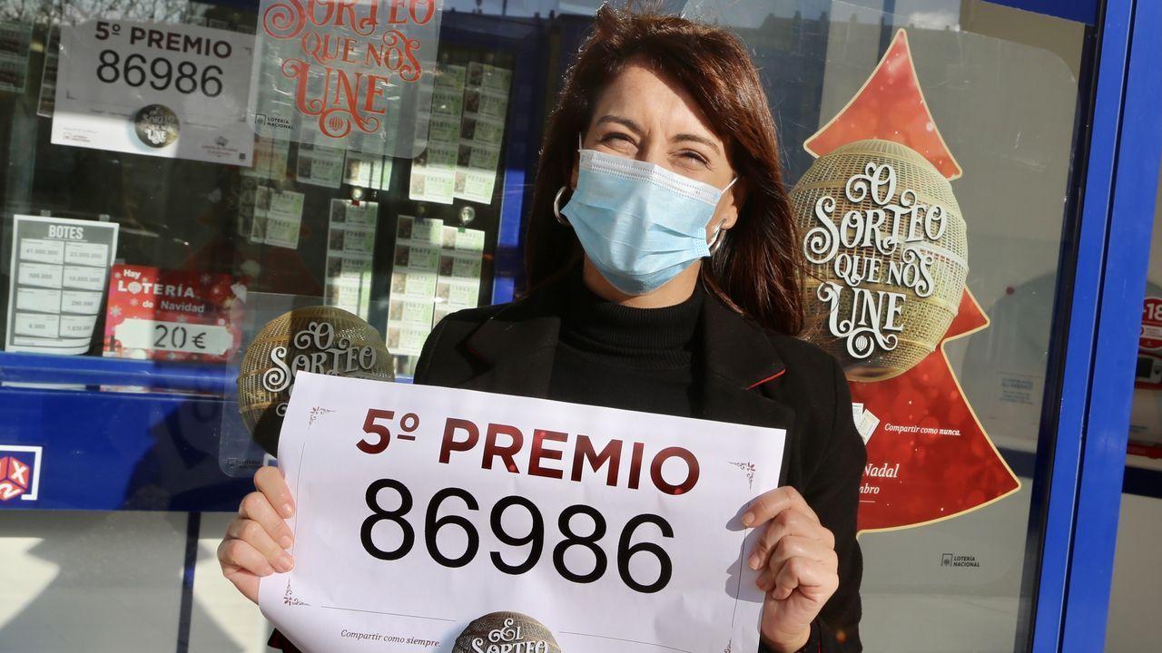 El 86986, un quinto premio, muy repartido por Galicia.Y en otra de la calle Pintor Ramón Buch. Mar, lotera de la administración de lotería número 32, feliz
