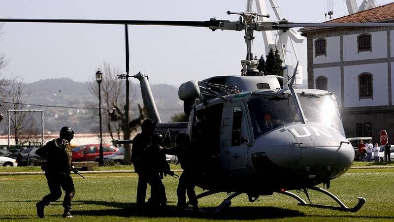 Transbordo de material en el Índico mediante un helicóptero.