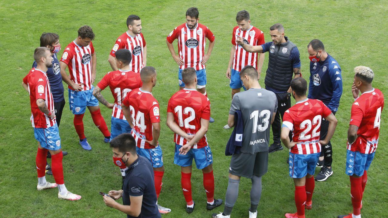 Juanfran dando una charla a sus jugadores antes del partido contra el Mallorca del pasado sábado