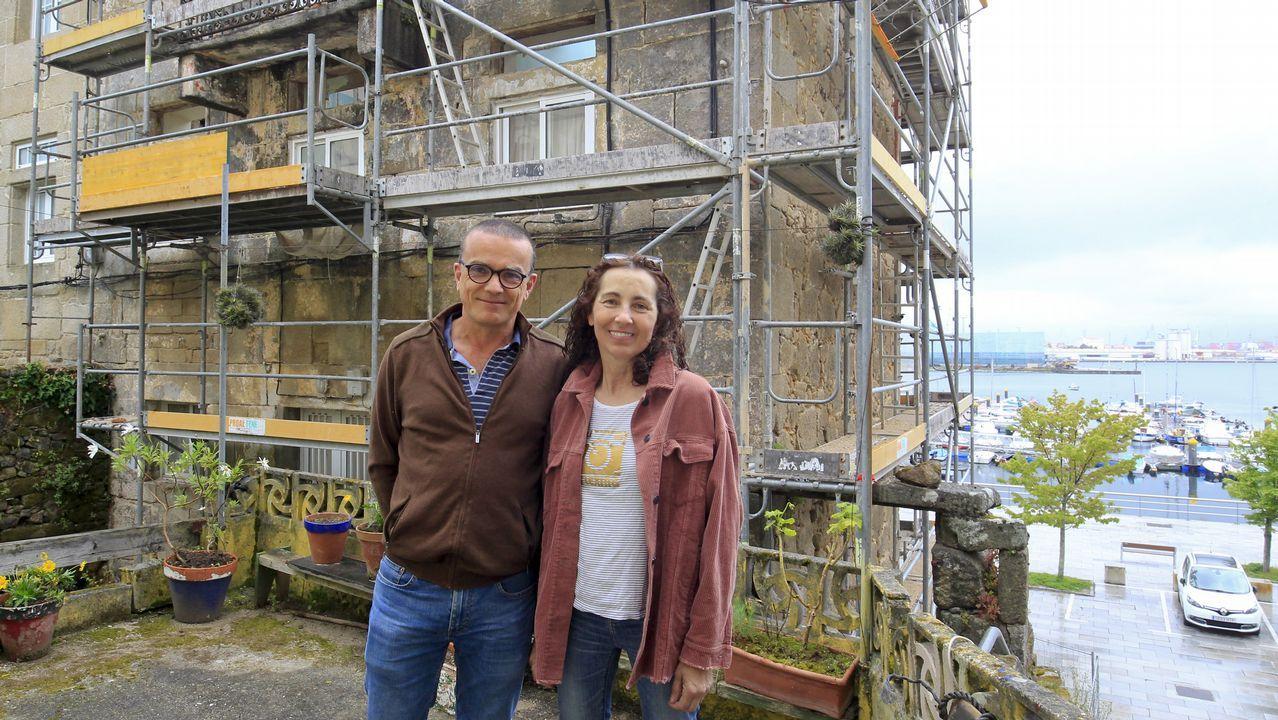 José Luis Guerrero Montero y Cristina Martínez Canuria, delante del edificio que están rehabilitando