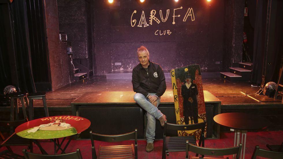 PEPE DORÉ CON EL ESCENARIO DEL GARUFA CLUB AL FONDO