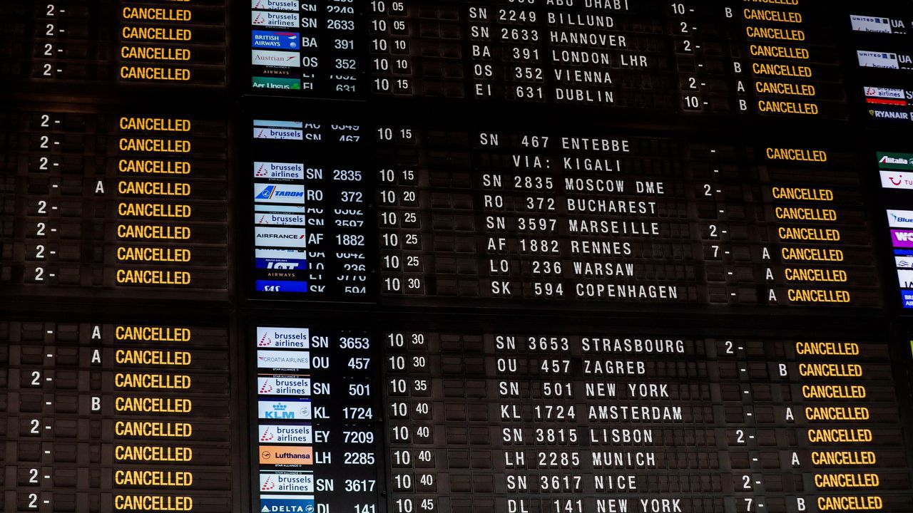 Un panel avisa de la cancelación de vuelos en el aeropuerto internacional de Zaventem, en Bruselas