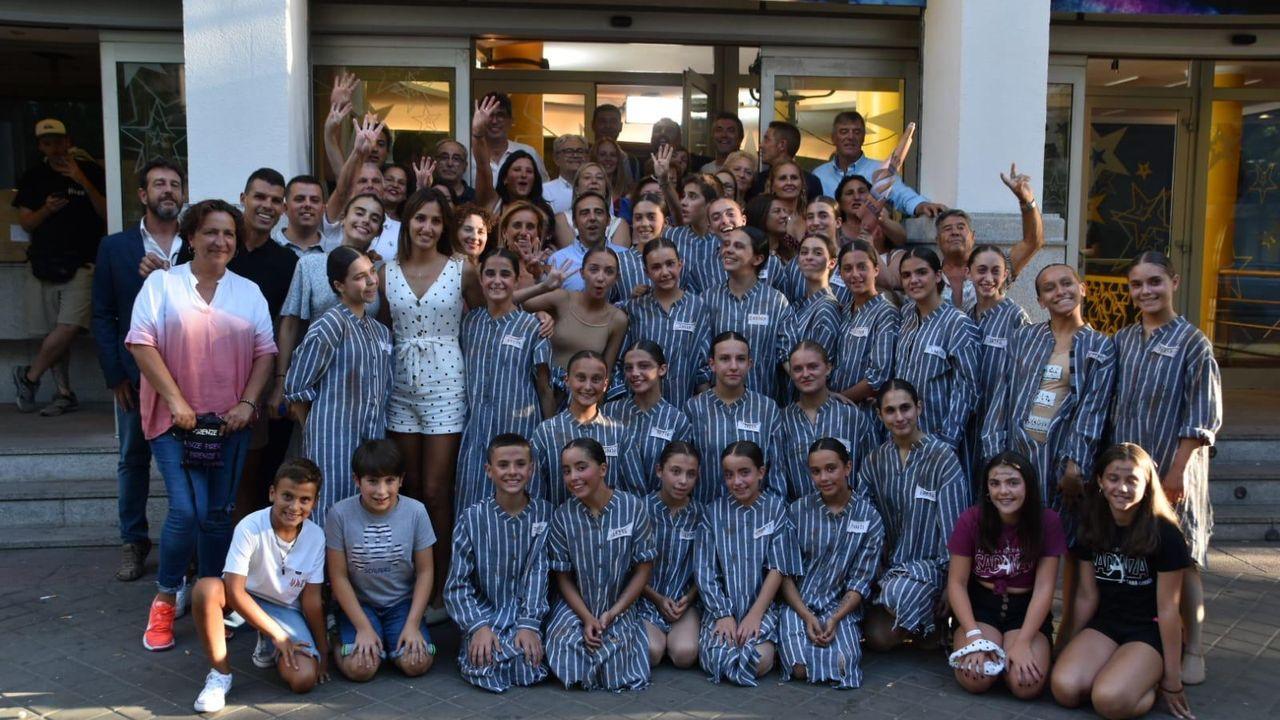 Clara Losada, a la izquierda y de lunares, con el grupo el día de la grabación de su actuación en el programa Got Talent