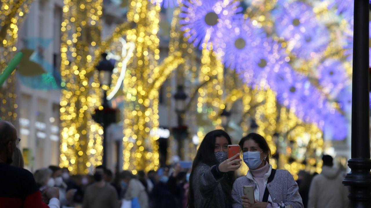 Ambiente navideño en una céntrica calle de Málaga