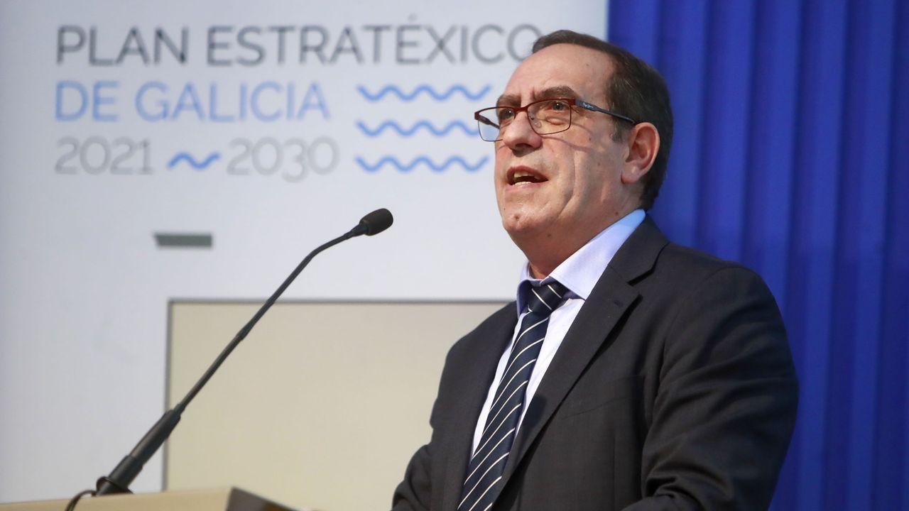 Feijoo: «A política cautiva de posicións extremas está lonxe do carácter dos galegos».Políticos de Grupo Común da Esquerda y PP en actitud distendida en el último pleno del Parlamento
