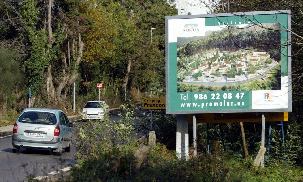 Cartel promocional de Promalar en la carretera de Aldán en el 2005.
