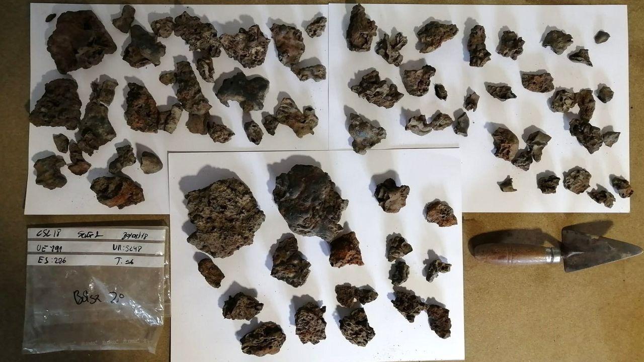 Escorias de hierro extraídas de las sepulturas del cementerio medieval de Cereixa, que ahora serán analizadas en laboratorio