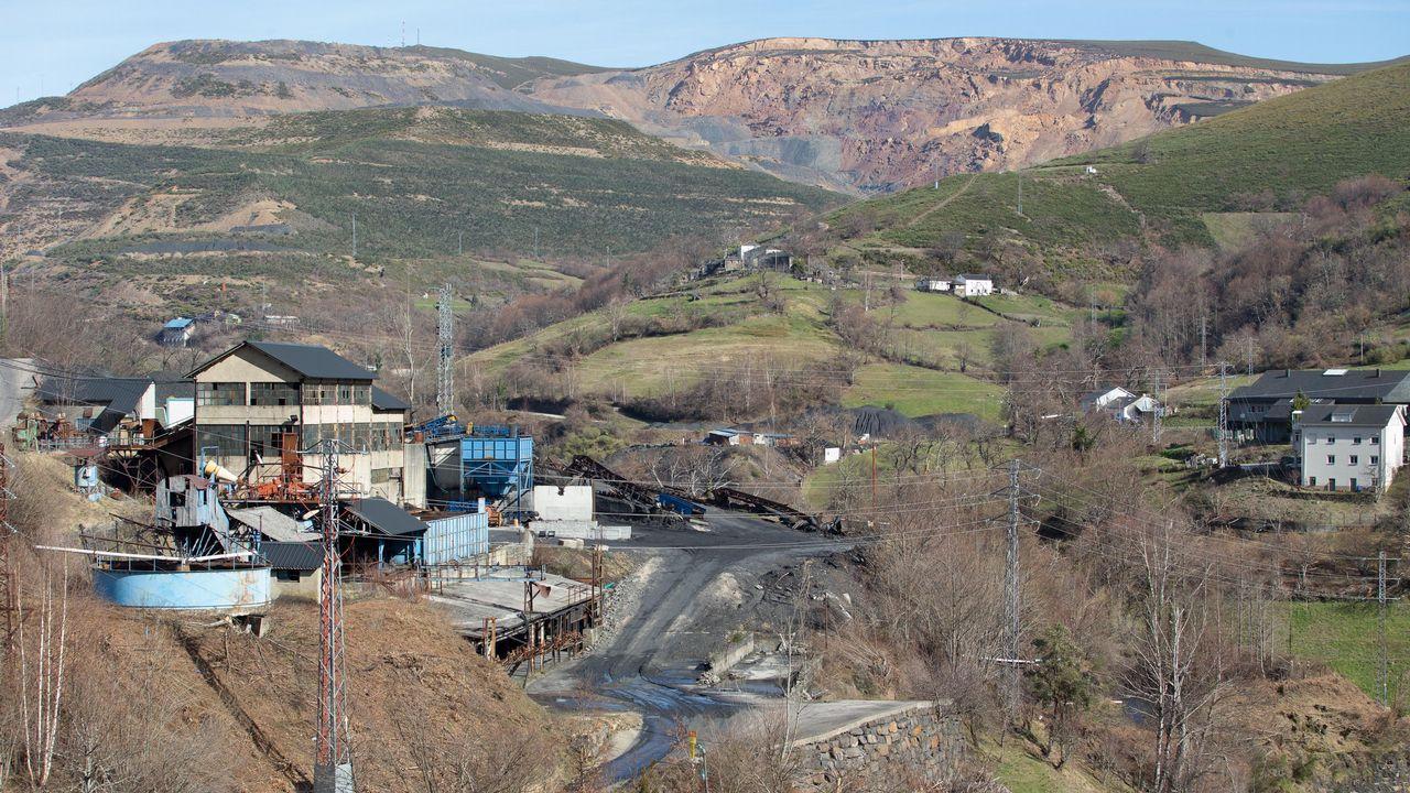 El lavadero de la antigua mina preside Villares de Arriba.
