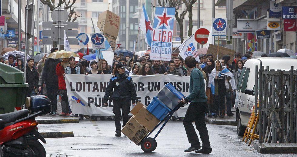Alumnos, sindicatos y oposición claman en Galicia contra el decreto del «3+2».La manifestación convocada por los estudiantes transcurrió ayer bajo la lluvia y recorrió parte del centro urbano de Pontevedra.