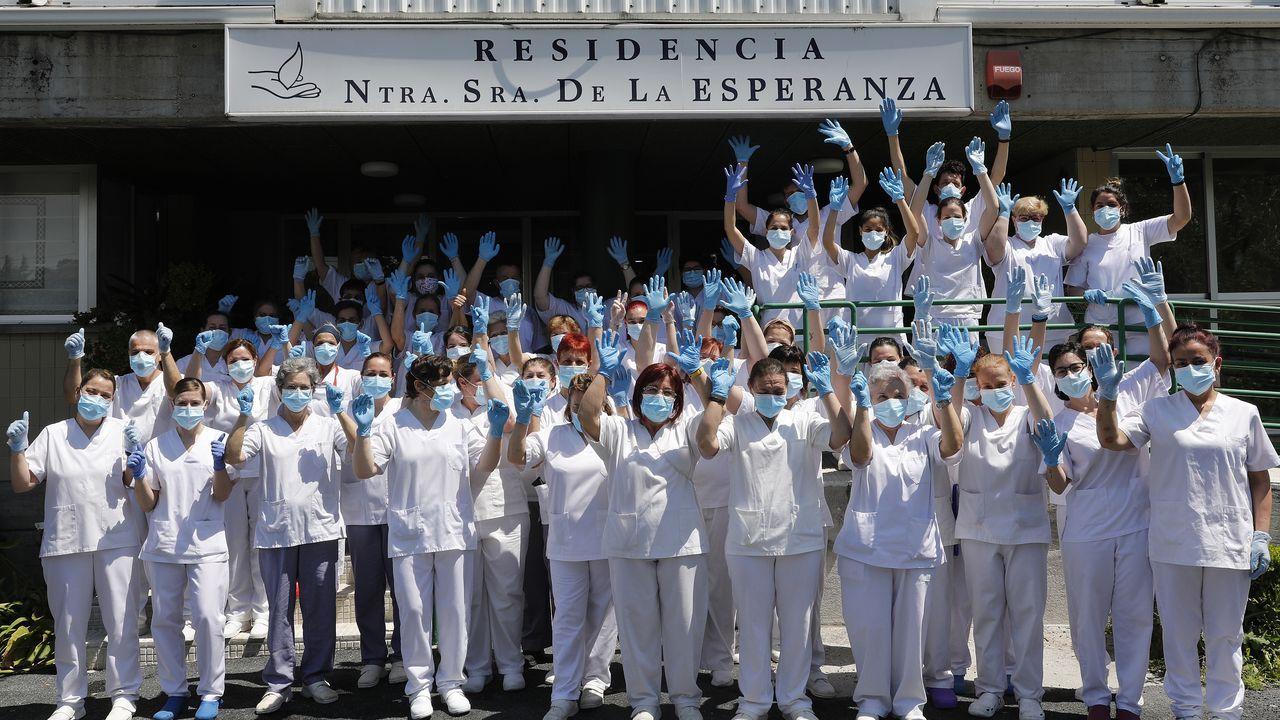 Los sanitarios de la residencia Nuestra Señora de La Esperanza de Ourense muestran su alegría