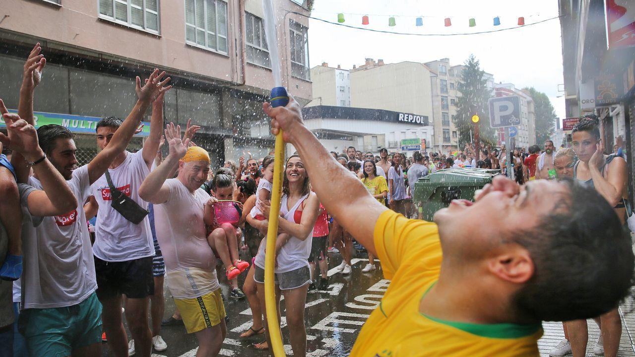 San Roque es mucho más que agua.Agentes de la Policía Local controlan una calle peatonal de Gijón