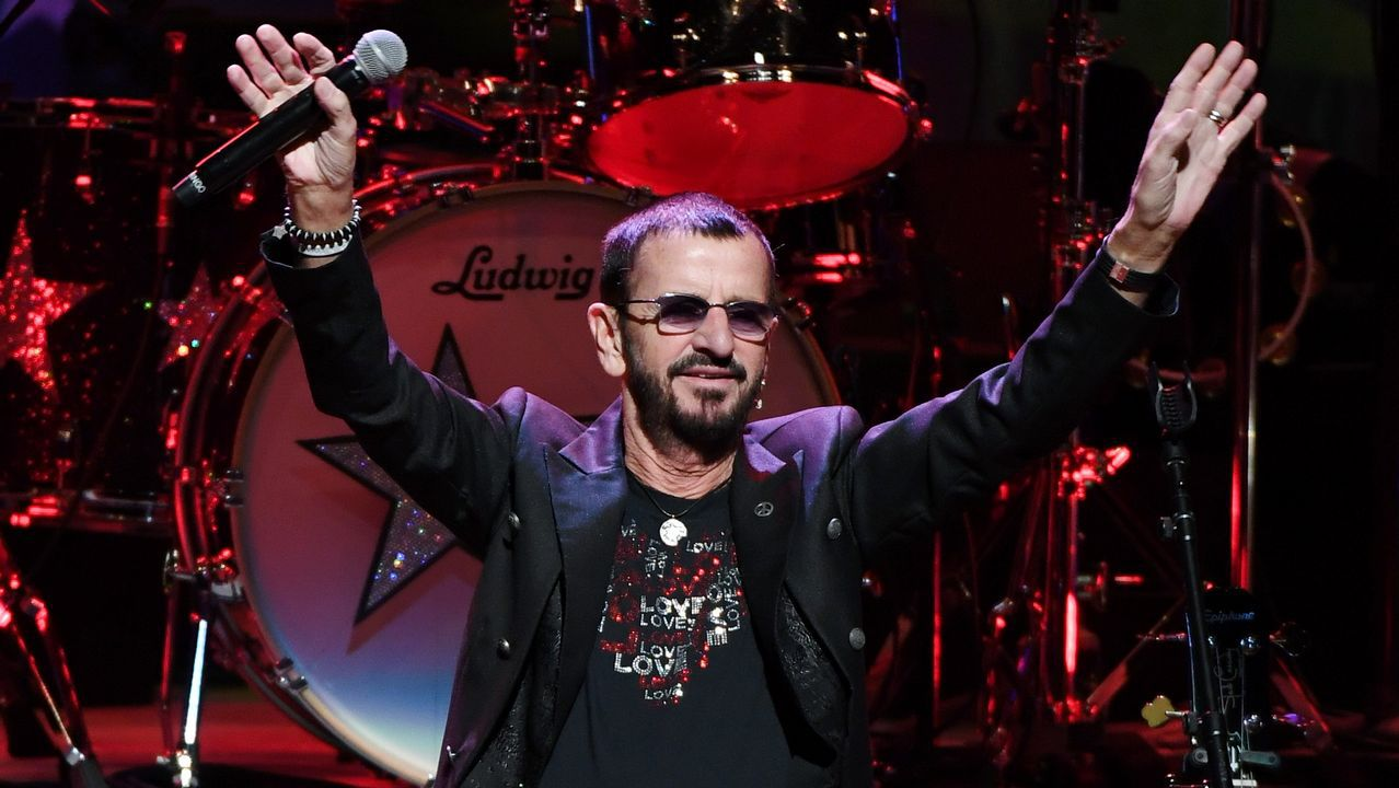 Ringo Starr toma forma de estatua en Rianxo a machetazo limpio.Sérgio Dias (con la guitarra) junto a la formación actual de Os Mutantes