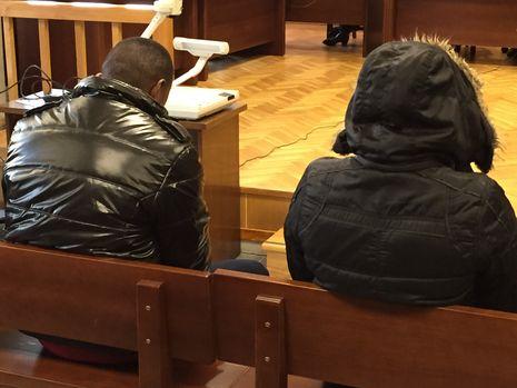 El matrimonio nigeriano implicado, en una sesión del juicio